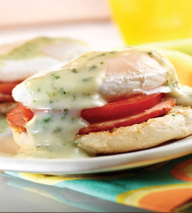 CHICKEN POACHED EGGS WITH PESTO BENEDICT