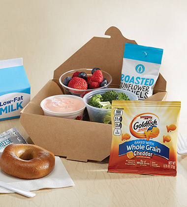 YOGURT BISTRO LUNCH BOX WITH GOLDFISH MADE WITH WHOLE GRAIN CHEDDAR