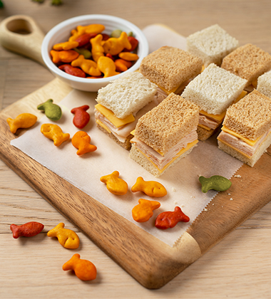 CHECKERBOARD TURKEY SANDWICH WITH GOLDFISH® COLORS BAKED WITH WHOLE GRAIN